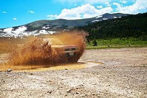 ¿Vacaciones aventureras? te aconsejamos cómo conducir en terrenos complicados