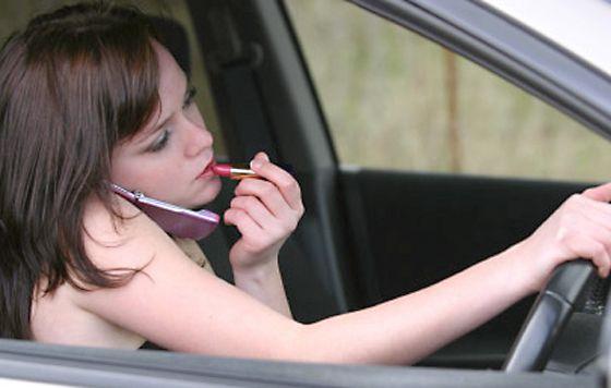 hacer otras cosas mientras conduces es un mal hábito