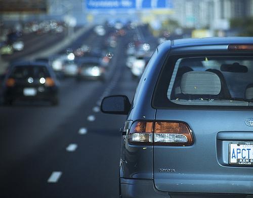 el certificado de multas no pagadas es necesario al transferir un auto