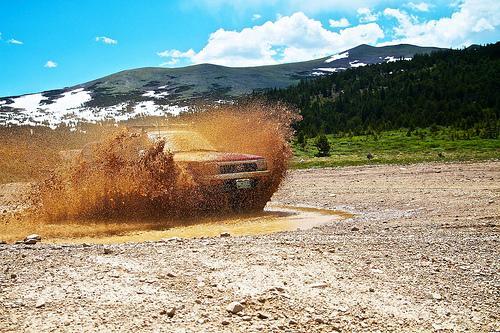 conducir en terrenos dificiles como barro o arena requiere de habilidad