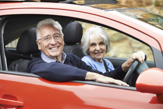 la gente de la tercera edad tiene su auto ideal