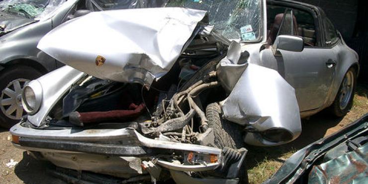 un auto destrozado por un choque es luego reparado y vendido sin rastro del sinistro